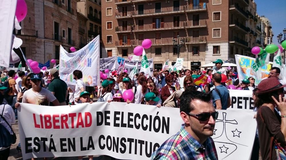 Miles de representantes de la educación concertada piden la dimisión de Marzà